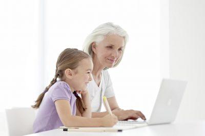 Signia Grossmutter und Enkelin beim Lernen